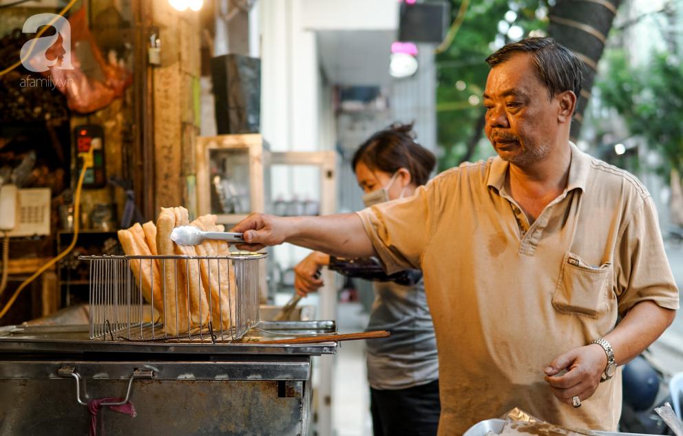 Hàng quẩy nóng dài cả gang tay, chưa dọn hàng khách đã đứng chờ mua trên phố Hàng Điếu - Ảnh 3.