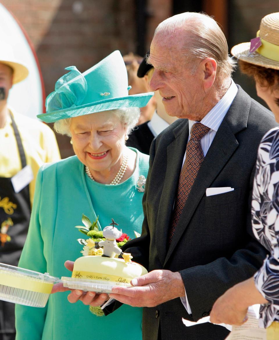 6 điều Meghan không được phép làm vào ngày sinh nhật, đặc biệt không ăn bánh gato trước Nữ hoàng Anh - Ảnh 2.