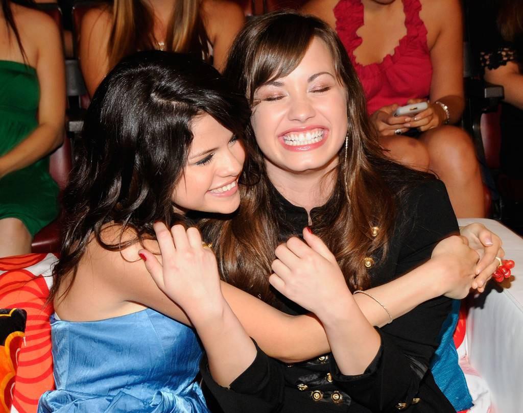 Selena Gomez nén nước mắt vì cảm thấy bất lực khi bạn thân Demi Lovato đau đớn trong bệnh viện - Ảnh 1.