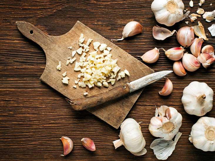 Chuyên gia giải đáp thắc mắc ăn tỏi giúp giảm nồng độ cholesterol - Ảnh 1.
