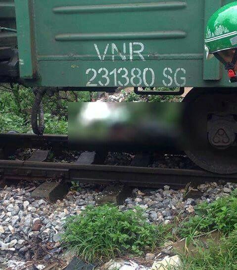 Hà Nội: Xe chết máy đúng lúc tàu đi tới, cô gái trẻ mới về làm dâu trong làng bị cán tử vong - Ảnh 1.