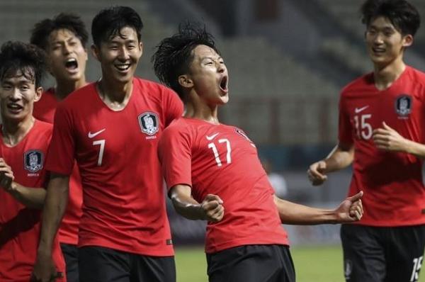 Tình trường thú vị của các cầu thủ đẹp trai U23 Hàn Quốc: Kẻ  danh sách bạn gái dài cả km, người... vườn không nhà trống - Ảnh 1.