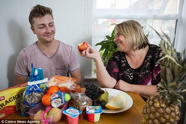 Suốt 17 năm mắc chứng bệnh lạ lùng, người mẹ tưởng chừng đã mất con nhưng rồi vỡ òa khi thấy con ăn thứ này - Ảnh 3.