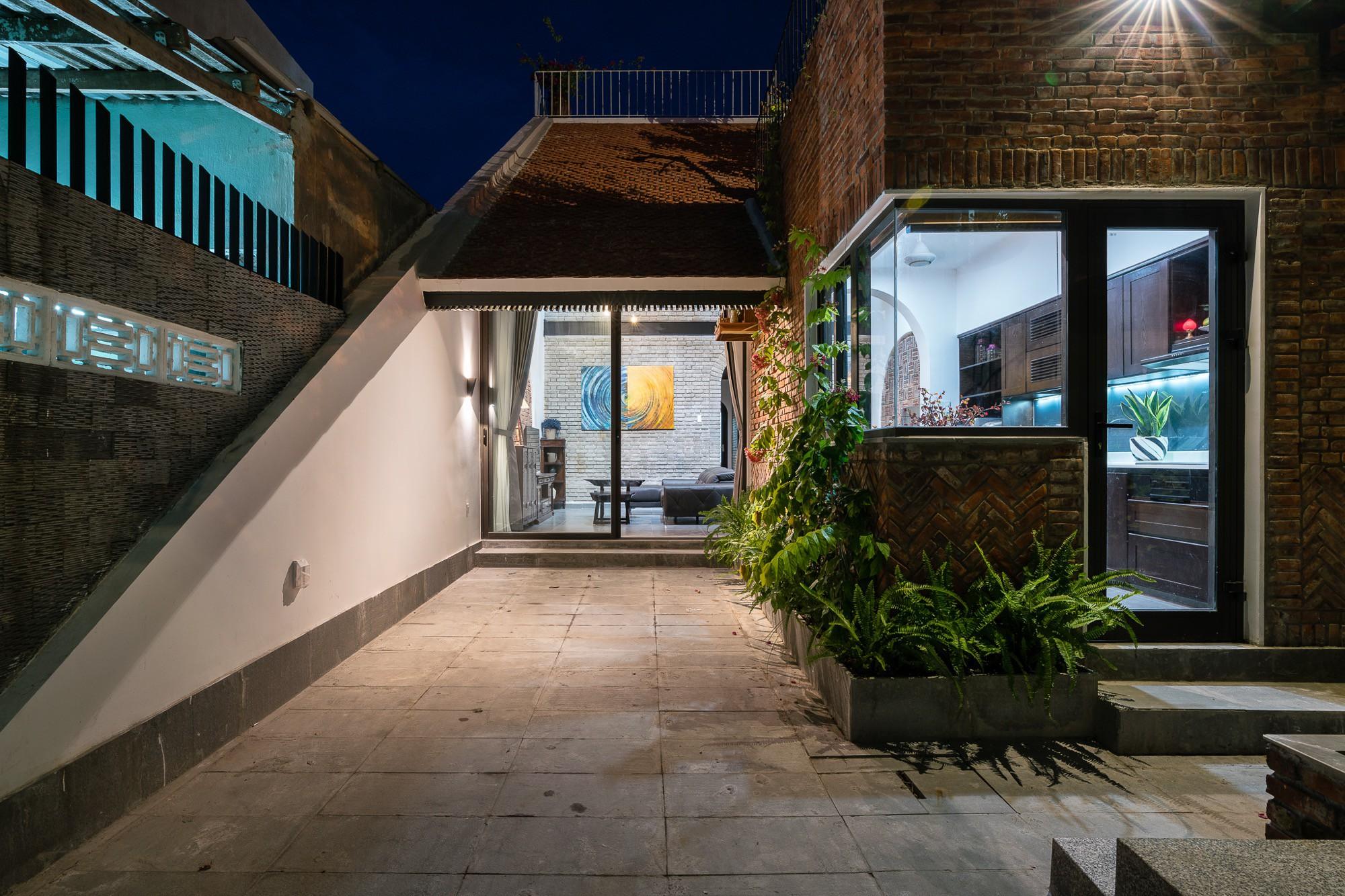 Ngôi nhà gạch 2 tầng của cặp vợ chồng già ở Đà Nẵng được tạp chí Mỹ xuýt xoa khen ngợi - Ảnh 3.