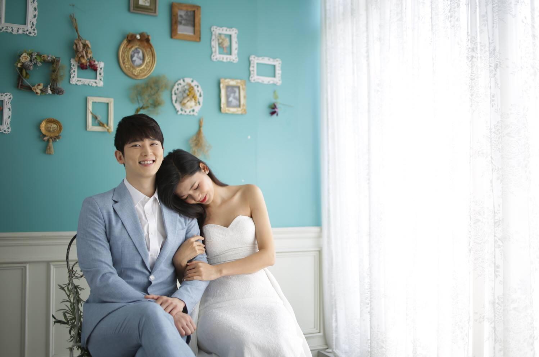 Vừa có tin đồn kết hôn với đại gia hơn 16 tuổi, Á hậu Thanh Tú  tung ngay ảnh cưới với mỹ nam Hàn  - Ảnh 1.