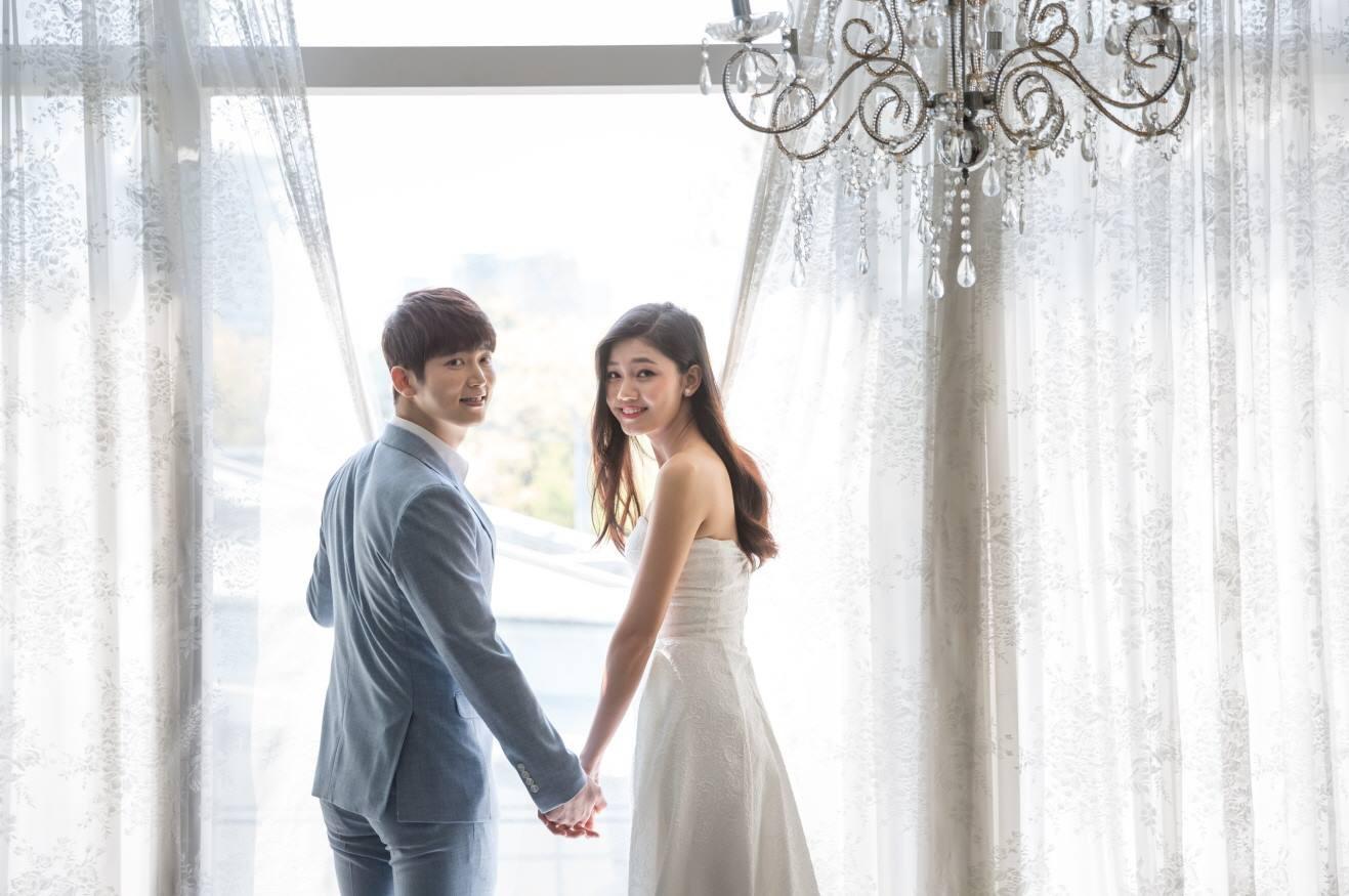 Vừa có tin đồn kết hôn với đại gia hơn 16 tuổi, Á hậu Thanh Tú  tung ngay ảnh cưới với mỹ nam Hàn  - Ảnh 2.
