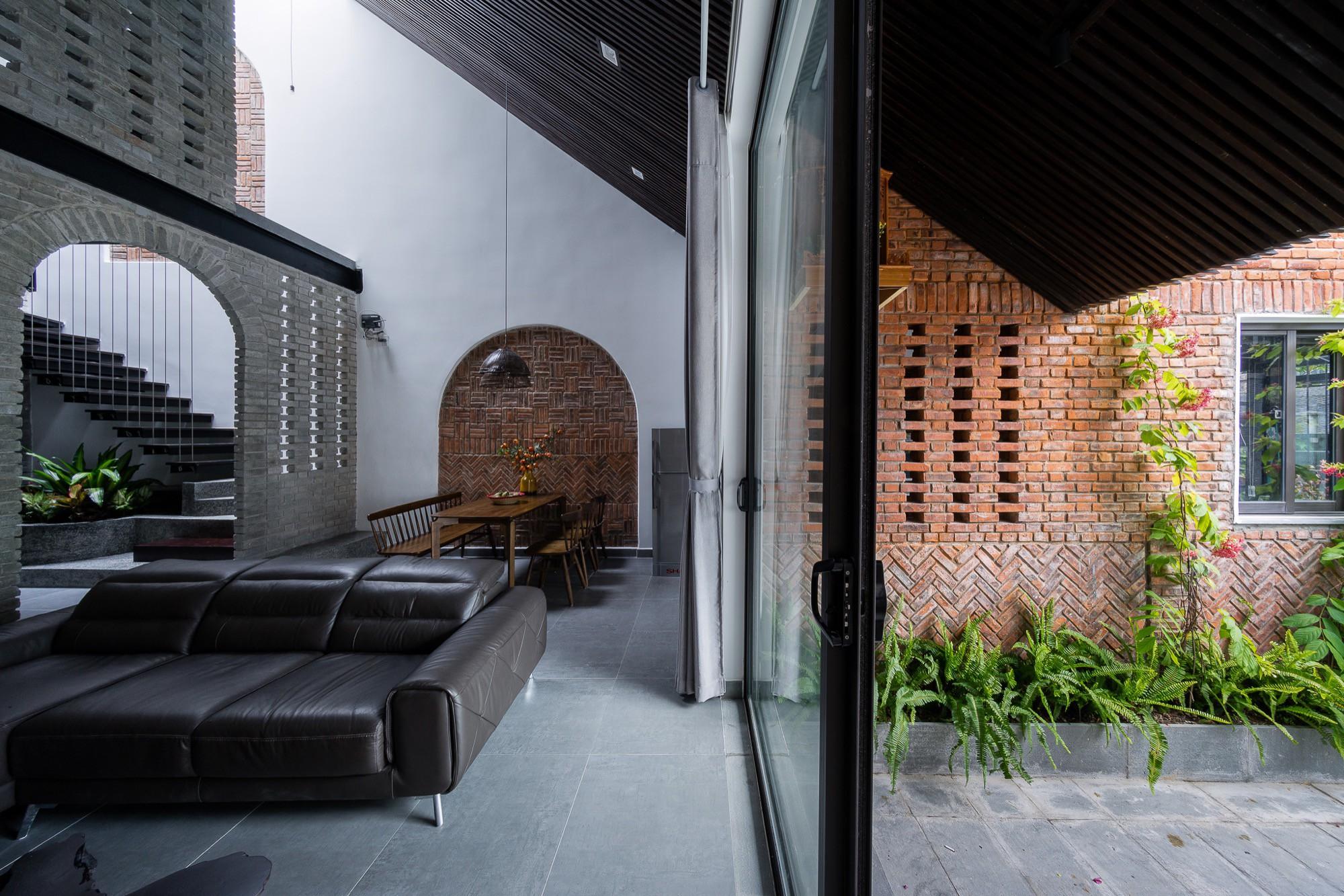 Ngôi nhà gạch 2 tầng của cặp vợ chồng già ở Đà Nẵng được tạp chí Mỹ xuýt xoa khen ngợi - Ảnh 5.
