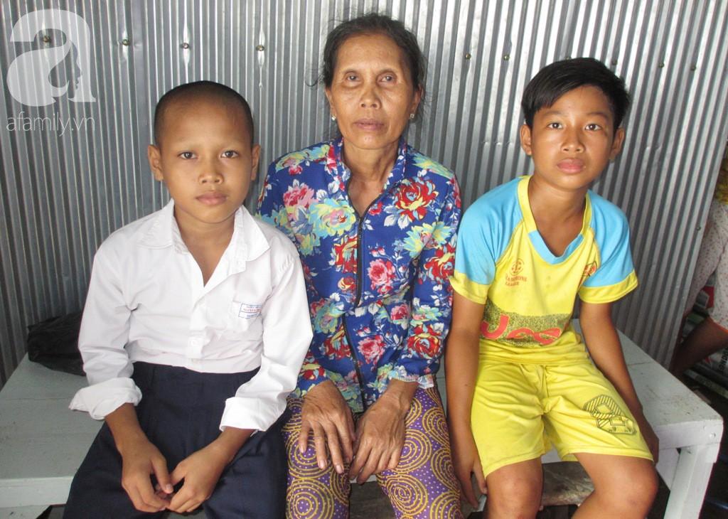 Cha chết, mẹ bỏ đi lấy chồng mới khiến hai đứa trẻ bơ vơ, muốn được đi học tiếp mà bà ngoại già không đủ tiền mua tập vở - Ảnh 2.