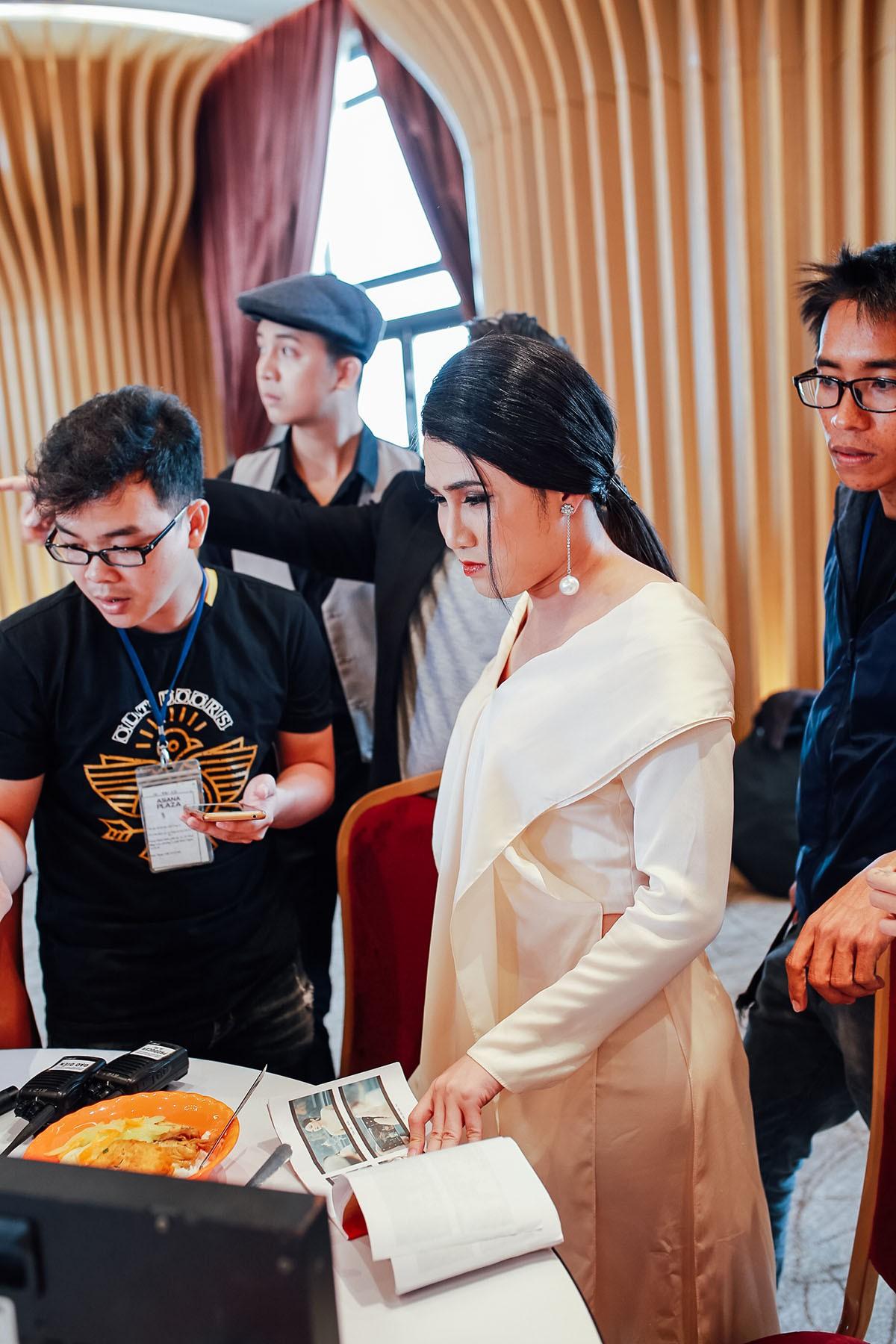 Lâm Khánh Chi mặc áo dài, đứng bên bờ biển chờ người yêu cũ quay về trong MV Parody Duyên mình lỡ - Ảnh 4.