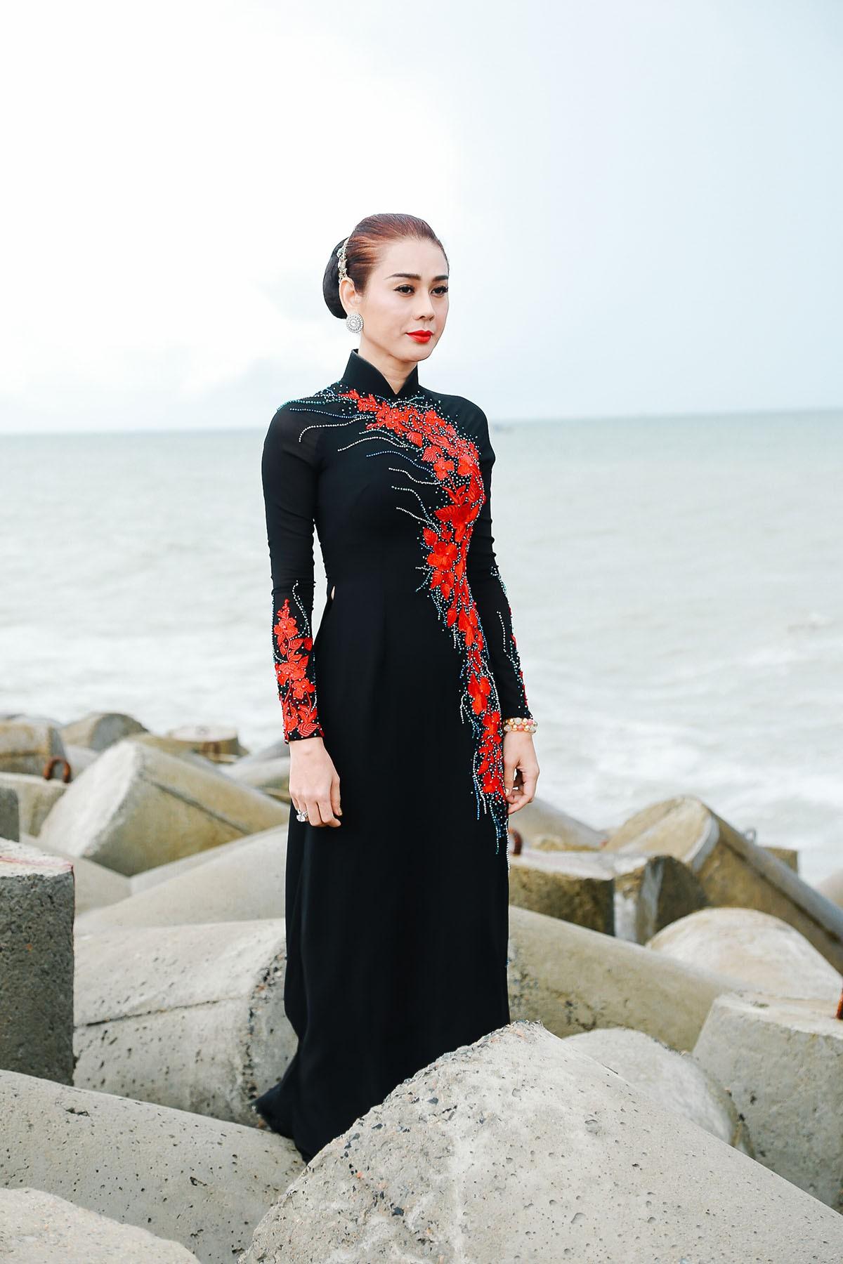 Lâm Khánh Chi mặc áo dài, đứng bên bờ biển chờ người yêu cũ quay về trong MV Parody Duyên mình lỡ - Ảnh 3.
