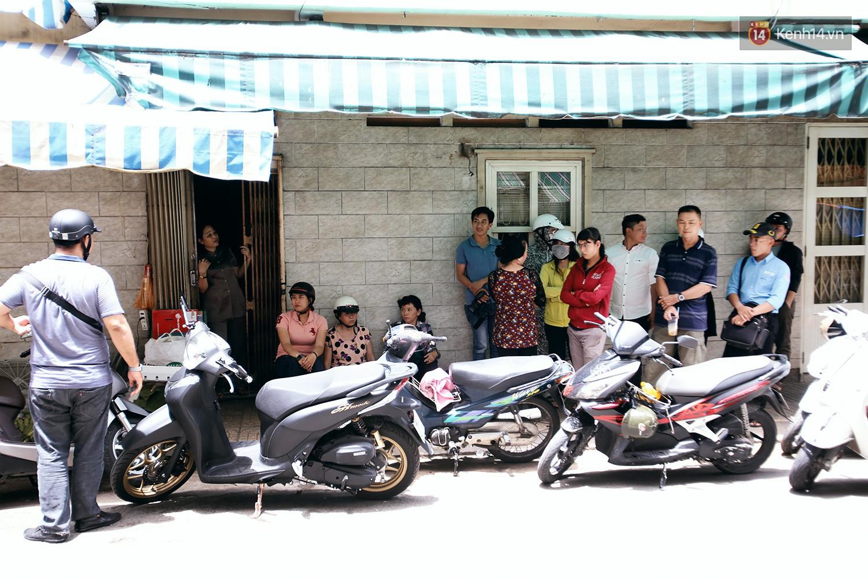 Cận cảnh người Sài Gòn chờ hàng giờ đồng hồ, tranh mua mâm cua dì Ba chỉ bán 10 phút là hết sạch - Ảnh 3.