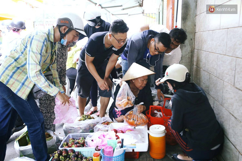 Cận cảnh người Sài Gòn chờ hàng giờ đồng hồ, tranh mua mâm cua dì Ba chỉ bán 10 phút là hết sạch - Ảnh 9.