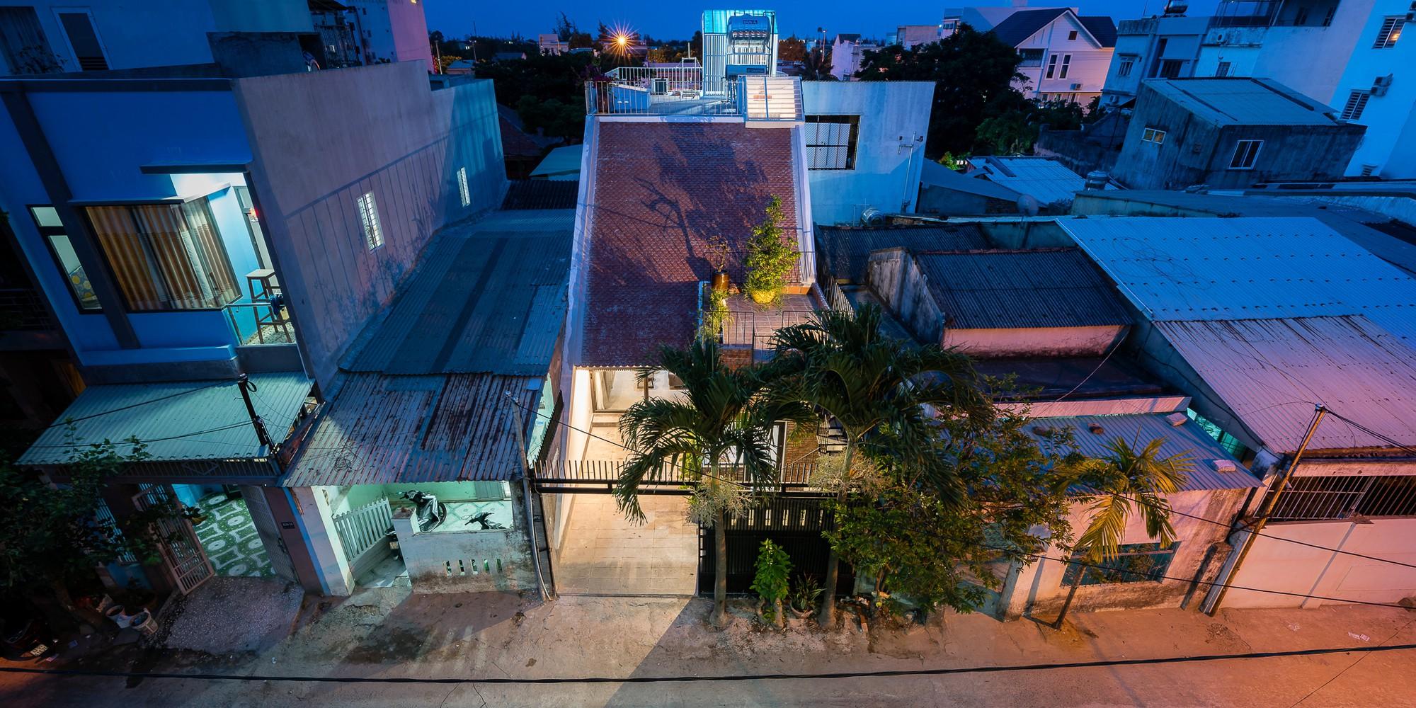 Ngôi nhà gạch 2 tầng của cặp vợ chồng già ở Đà Nẵng được tạp chí Mỹ xuýt xoa khen ngợi - Ảnh 1.