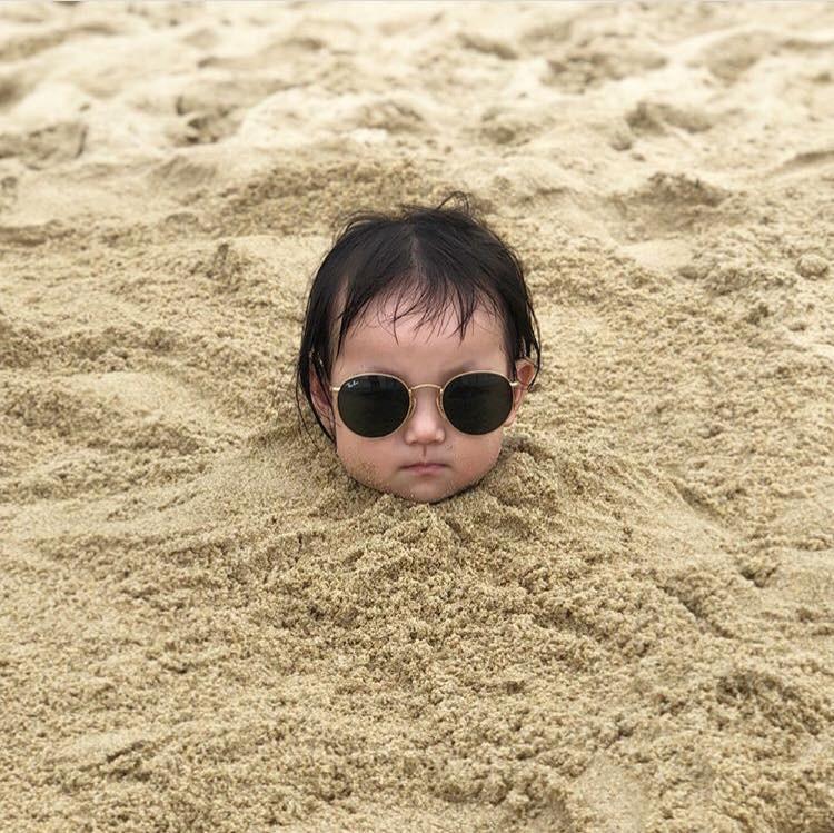 """Nóng trên mạng: Loạt biểu cảm của em bé bị bố """"chôn vùi"""" bên bờ biển, dân tình xem xong chỉ biết cười lăn lộn - Ảnh 2."""
