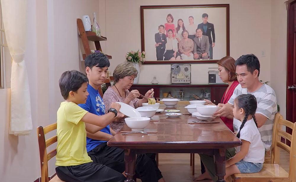 Gạo nếp gạo tẻ: Bà Mai hy sinh cả đời cho gia đình, nhưng lúc buồn phiền thì chẳng ai thèm quan tâm ngoài một người khó ngờ nhất - Ảnh 5.