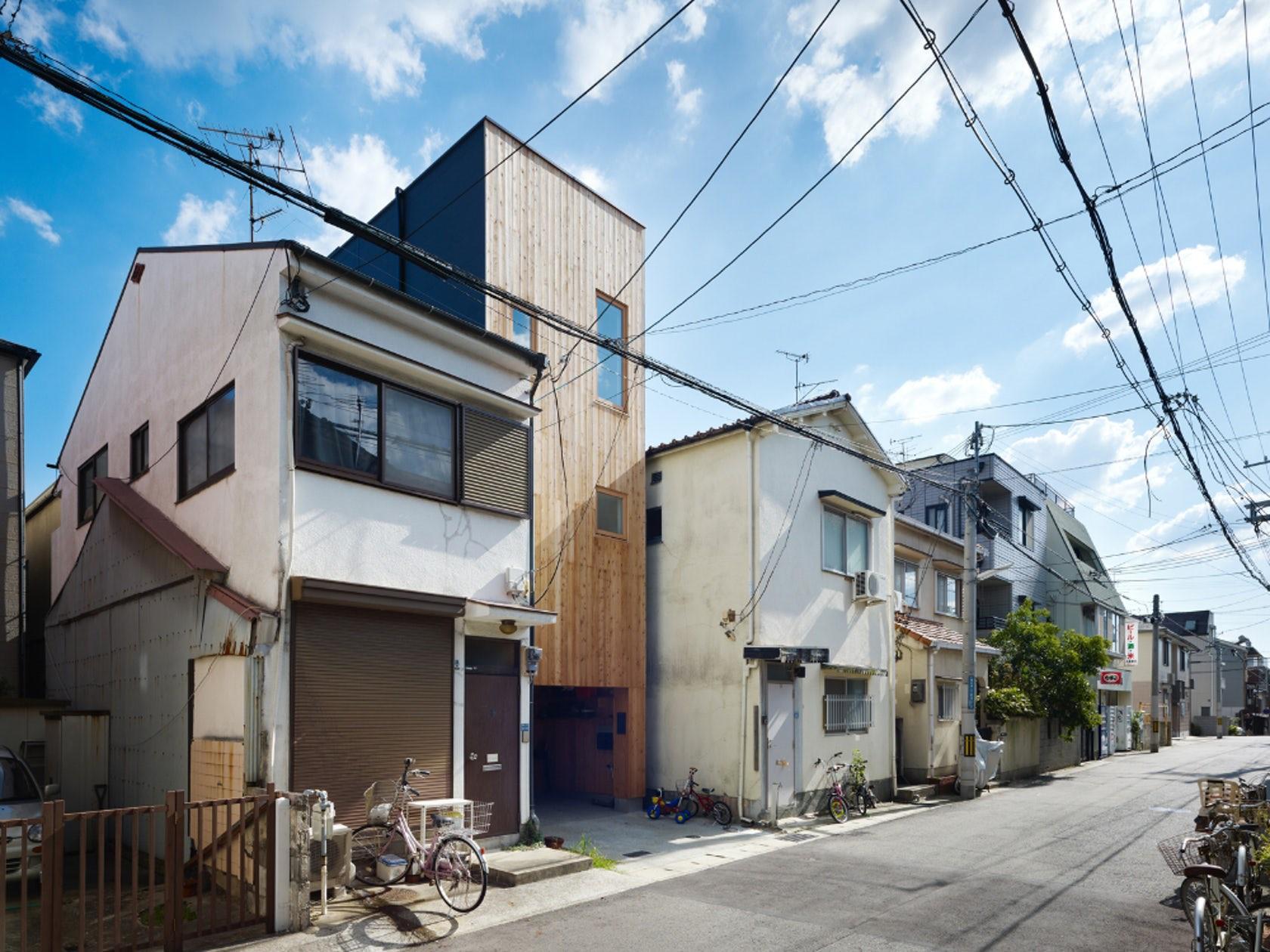 Ngôi nhà tí hon với mặt tiền hẹp 2,5m ở Nhật, sâu hun hút nhưng gây bất ngờ nhờ sở hữu thiết kế quá thông minh - Ảnh 1.