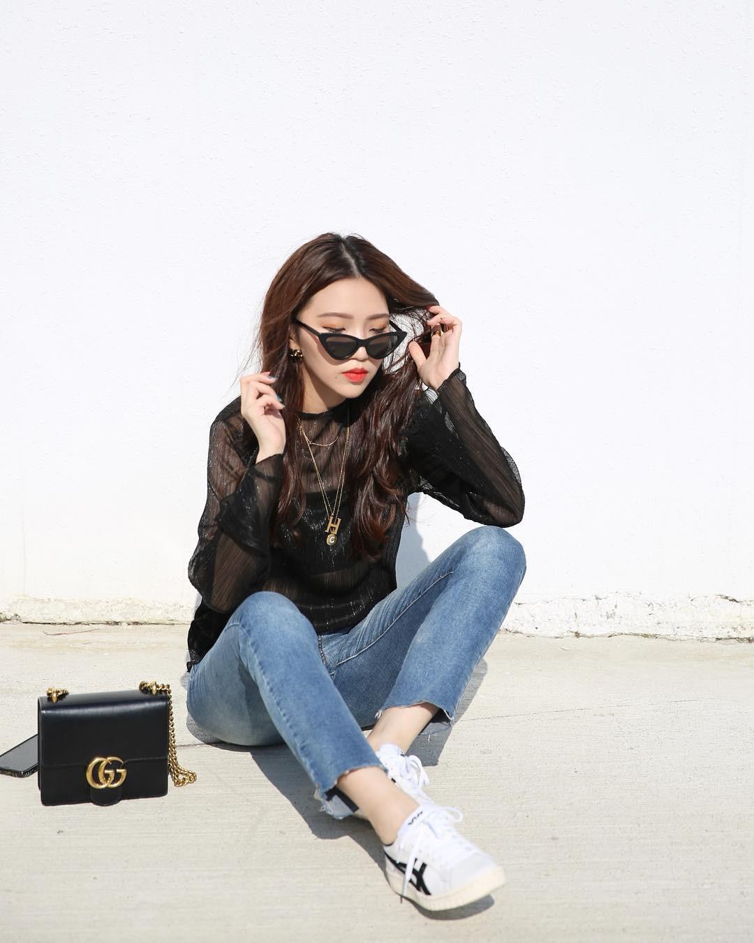 20 gợi ý cho thấy sneakers trắng chính là đôi giày thiên biến vạn hóa đẹp quên sầu với đủ mọi set đồ - Ảnh 5.