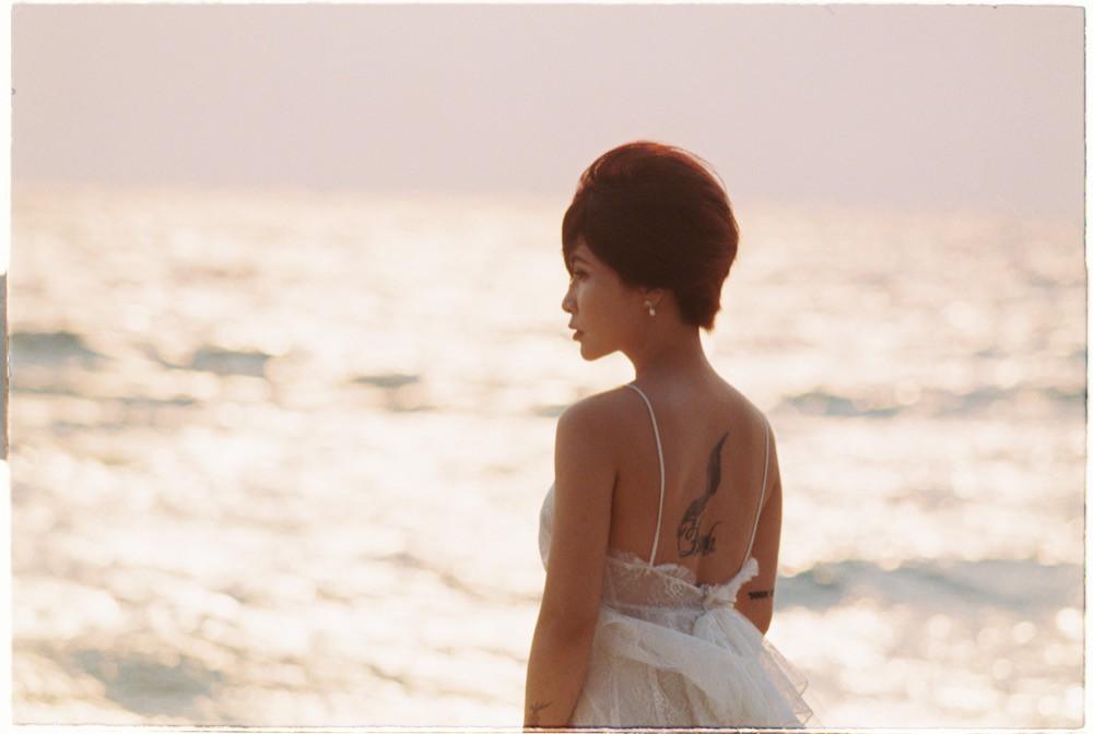 Chán kể chuyện yêu đương sầu thảm, Uyên Linh mong manh tìm kiếm cuộc đời mình  - Ảnh 2.