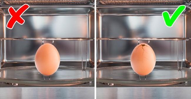 Luộc trứng trong lò vi sóng siêu nhanh và gọn nhưng đầu bếp chuyên nghiệp khuyên bạn phải làm 1 thao tác nhỏ này để đảm bảo an toàn  - Ảnh 2.