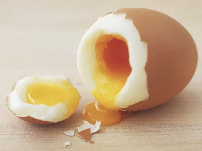 Luộc trứng trong lò vi sóng siêu nhanh và gọn nhưng đầu bếp chuyên nghiệp khuyên bạn phải làm 1 thao tác nhỏ này để đảm bảo an toàn  - Ảnh 3.