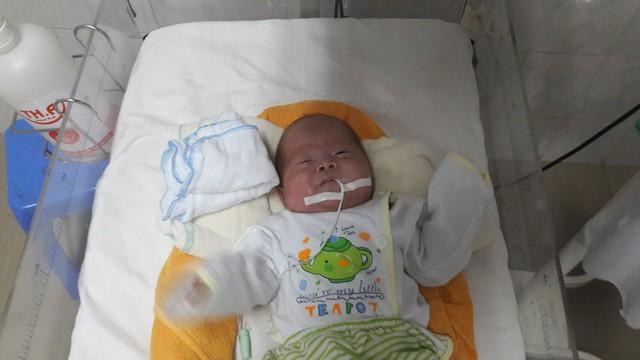 Hòa Bình: Kỳ diệu bé sinh non 27 tuần tuổi 800gam, phổi chưa phát triển hoàn chỉnh xuất viện nặng 3kg - Ảnh 1.