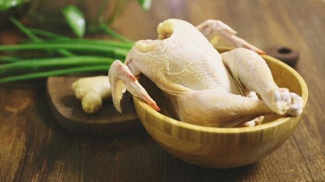 Đầu bếp nhà hàng chỉ rằng thêm bước này, thịt gà luộc sẽ căng bóng, vàng mướt mắt, chắc thịt và hương vị cũng hoàn hảo hơn gấp nhiều lần - Ảnh 2.