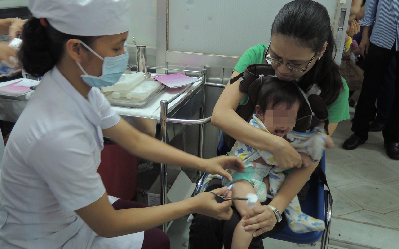 Nhiều bà mẹ hốt hoảng, lo sợ con mắc bệnh truyền nhiễm vì vắc-xin 5 trong 1 ở TP.HCM đồng loạt hết sạch