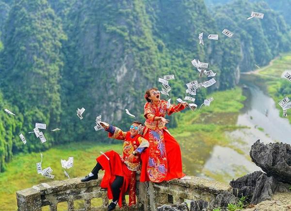 Chả ai như cặp đôi khiến MXH phát sốt này: hành trình tình yêu đi từ Tà Xùa đến cung Diên Hi lầy lội hết sức - Ảnh 1.