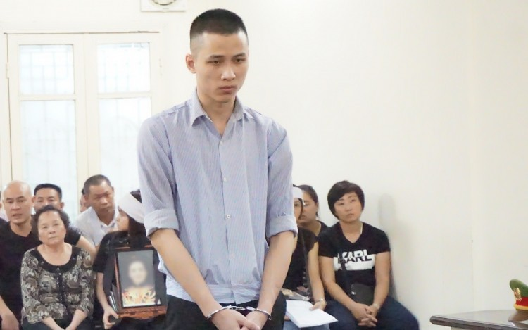 Xét xử nam thanh niên sát hại người phụ nữ ở chung cư cao cấp tại Hà Nội: Người nhà nạn nhân mang di ảnh đến tòa