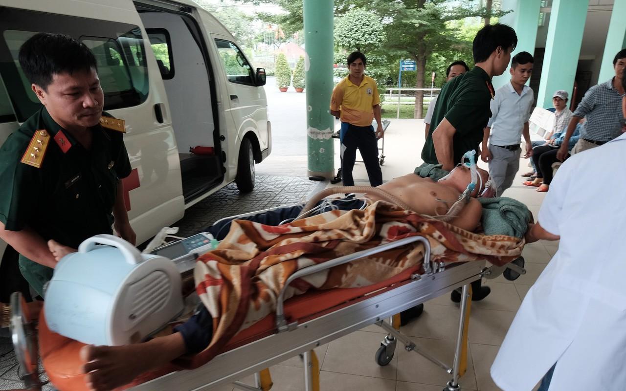 Hai ngư dân gặp nạn ở Trường Sa được đưa về đất liền giữa ảnh hưởng của siêu bão Mangkhut