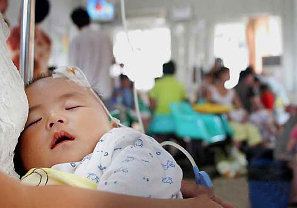 Trẻ bị sốt có nên đưa đến bệnh viện không, bố mẹ sẽ không còn lúng túng khi nhận biết những điều này - Ảnh 3.