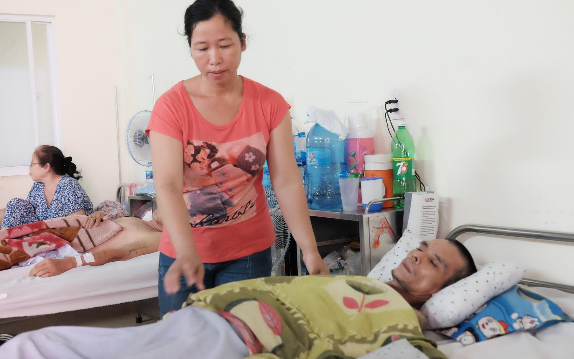 """Người phụ nữ để con ở quê, tuyệt vọng vào Sài Gòn nuôi """"chồng hờ"""" gặp nạn ngoài đảo xa với viện phí cao ngất"""