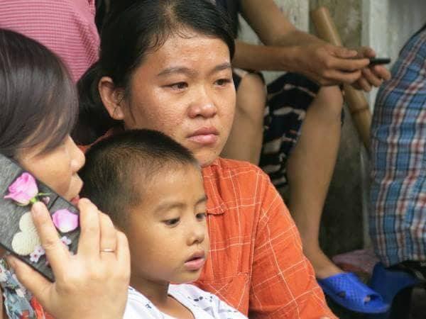 Mẹ nghèo khóc cạn nước mắt vì số tiền bán lợn để chữa ung thư cho con bị lửa thiêu rụi sau vụ hỏa hoạn trước cổng BV Nhi - Ảnh 1.