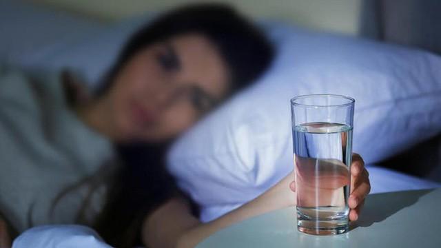 Dù có thế nào cũng không nên uống nước ở 5 thời điểm này - Ảnh 4.