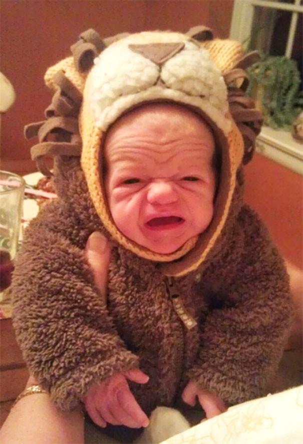 """Ngắm biểu cảm khuôn mặt """"già như trái cà"""" của các bé khiến bố mẹ phải cười bò - Ảnh 9."""