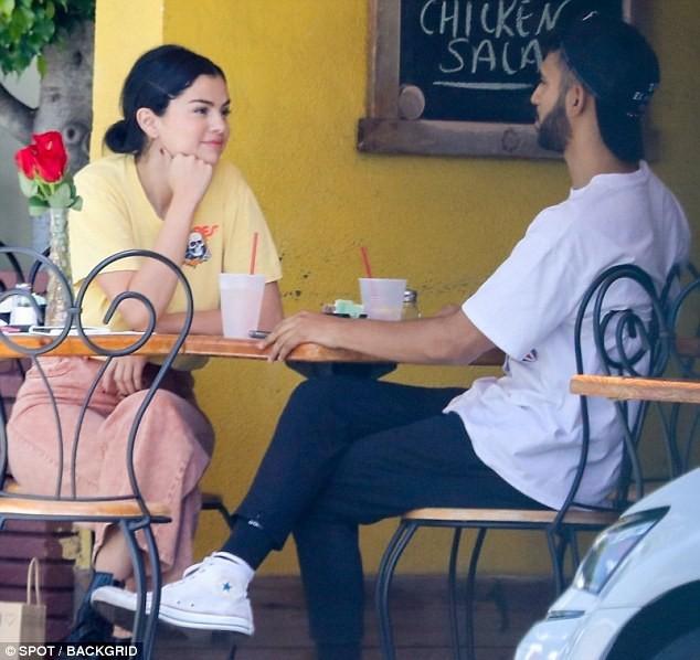 Chẳng buồn quan tâm tới tin Justin Bieber ngáo đá, Selena Gomez bận rộn liếc mắt đưa tình với bạn trai giữa phố - Ảnh 1.