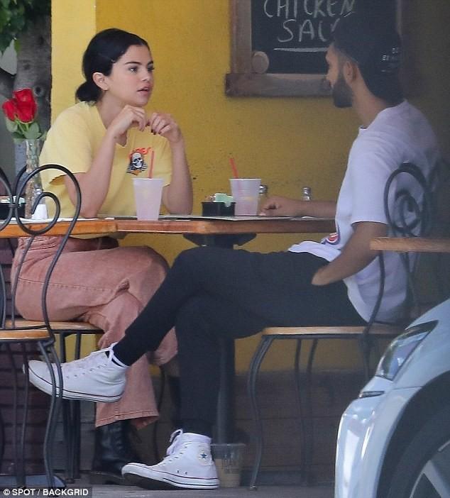 Chẳng buồn quan tâm tới tin Justin Bieber ngáo đá, Selena Gomez bận rộn liếc mắt đưa tình với bạn trai giữa phố - Ảnh 3.
