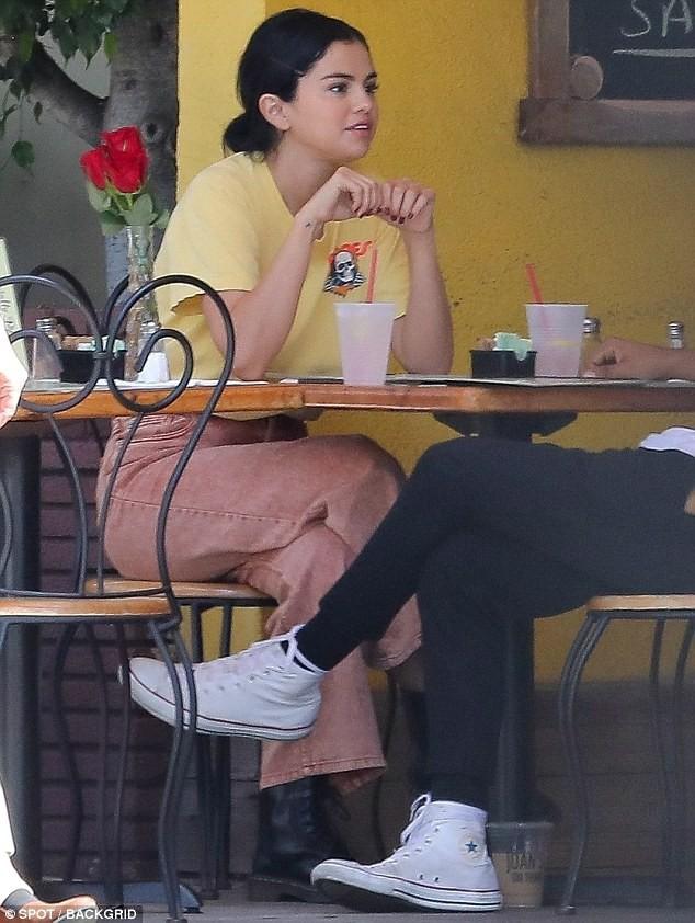 Chẳng buồn quan tâm tới tin Justin Bieber ngáo đá, Selena Gomez bận rộn liếc mắt đưa tình với bạn trai giữa phố - Ảnh 4.