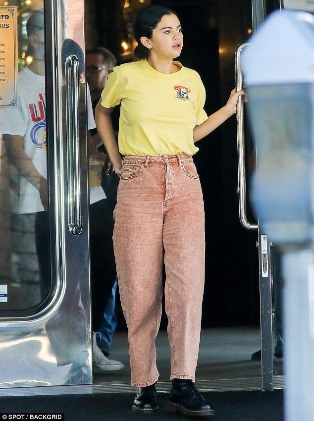Chẳng buồn quan tâm tới tin Justin Bieber ngáo đá, Selena Gomez bận rộn liếc mắt đưa tình với bạn trai giữa phố - Ảnh 5.