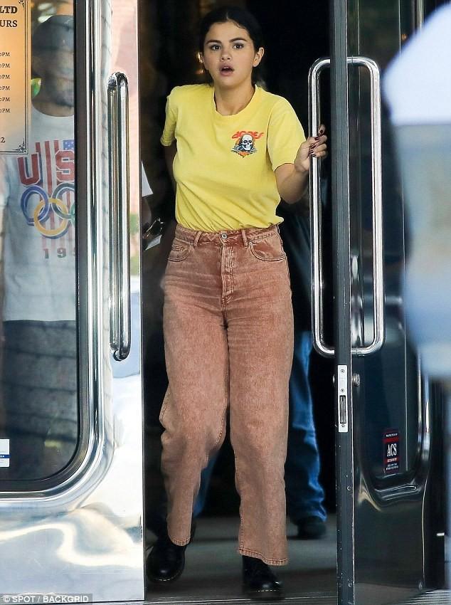 Chẳng buồn quan tâm tới tin Justin Bieber ngáo đá, Selena Gomez bận rộn liếc mắt đưa tình với bạn trai giữa phố - Ảnh 6.