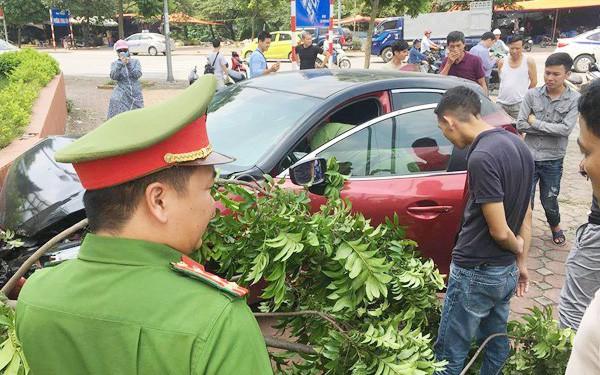 Xe Mazda 3 tiếp tục làm náo loạn đường phố, tự gây tai nạn khiến nhiều người sợ hãi dù vừa bị phạt nặng