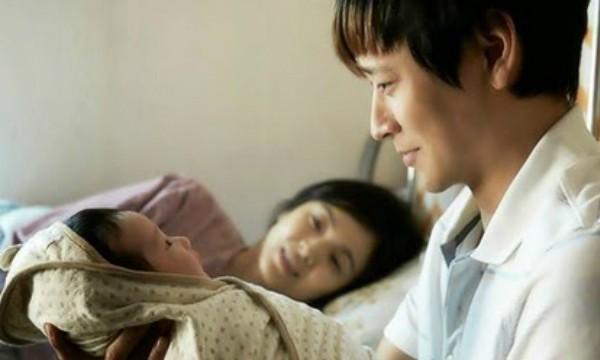 Chồng nằng nặc ngủ riêng cả năm trời sau khi vợ sinh con và cảnh tượng vợ lén nhìn thấy trong đêm hé lộ một bí mật kinh khủng - Ảnh 1.