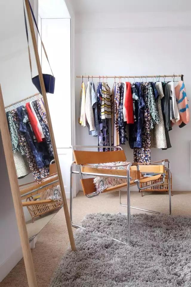 4 cách thiết kế tủ quần áo cực hợp lý trong những phòng ngủ chật hẹp - Ảnh 2.