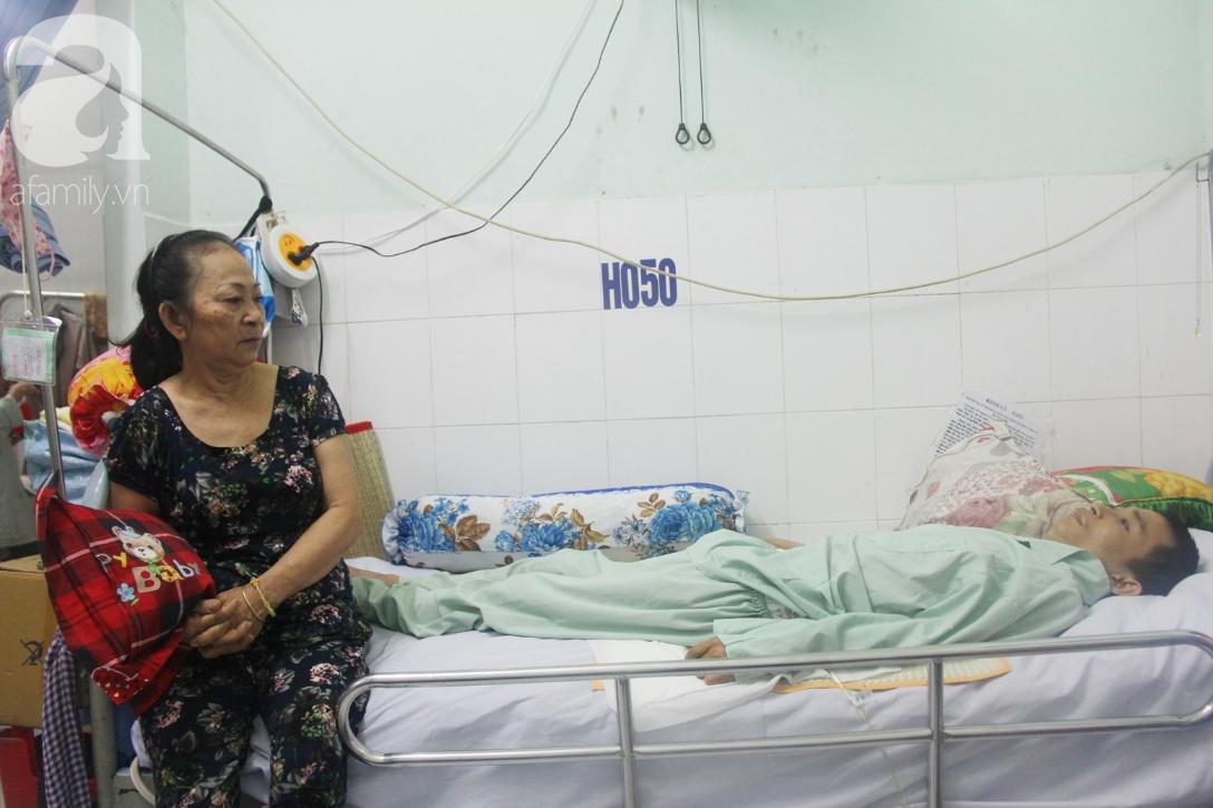 Phép màu đến với người mẹ xin cơm từ thiện, nuôi con trai liệt nửa người suốt 2 năm trời trong bệnh viện - Ảnh 4.