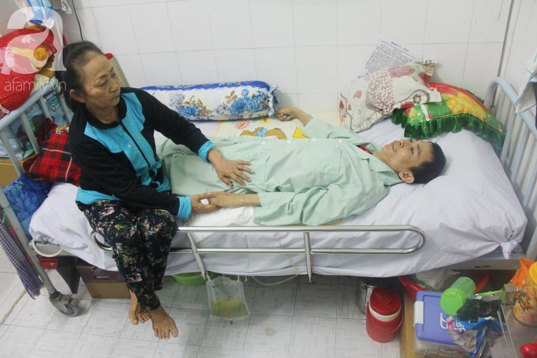 Phép màu đến với người mẹ xin cơm từ thiện, nuôi con trai liệt nửa người suốt 2 năm trời trong bệnh viện - Ảnh 1.