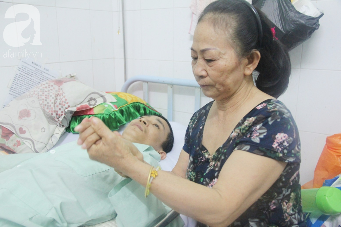 Phép màu đến với người mẹ xin cơm từ thiện, nuôi con trai liệt nửa người suốt 2 năm trời trong bệnh viện - Ảnh 2.