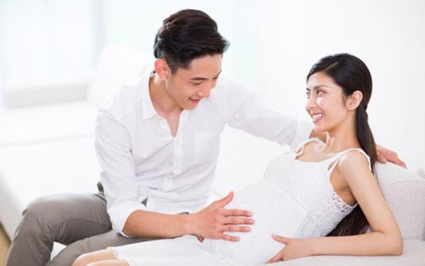 Mong con 3 năm, vợ bất ngờ có bầu khiến cả nhà chồng vui hơn Tết, song chỉ có 1 người vẫn lo lắng đứng ngồi không yên - Ảnh 1.