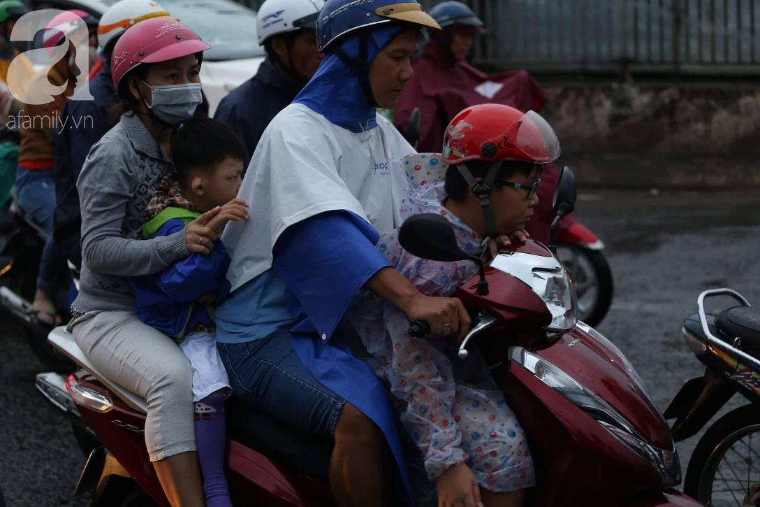 Người dân đội mưa lội nước, chen chúc nhau trở lại Sài Gòn sau kỳ nghỉ lễ 2/9 - Ảnh 5.