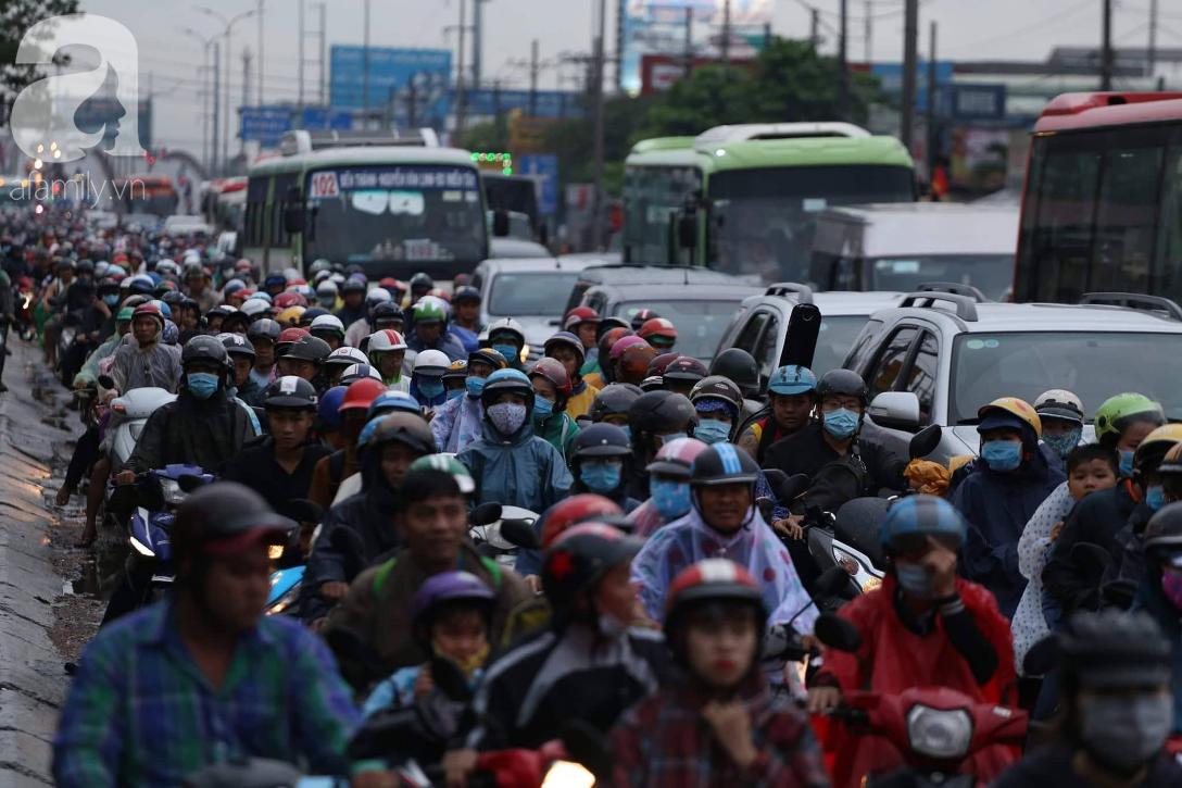 Người dân đội mưa lội nước, chen chúc nhau trở lại Sài Gòn sau kỳ nghỉ lễ 2/9 - Ảnh 1.
