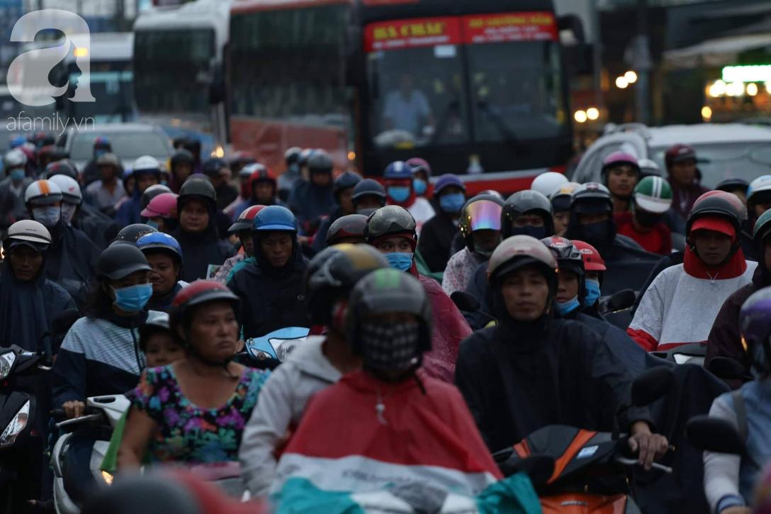 Người dân đội mưa lội nước, chen chúc nhau trở lại Sài Gòn sau kỳ nghỉ lễ 2/9 - Ảnh 2.